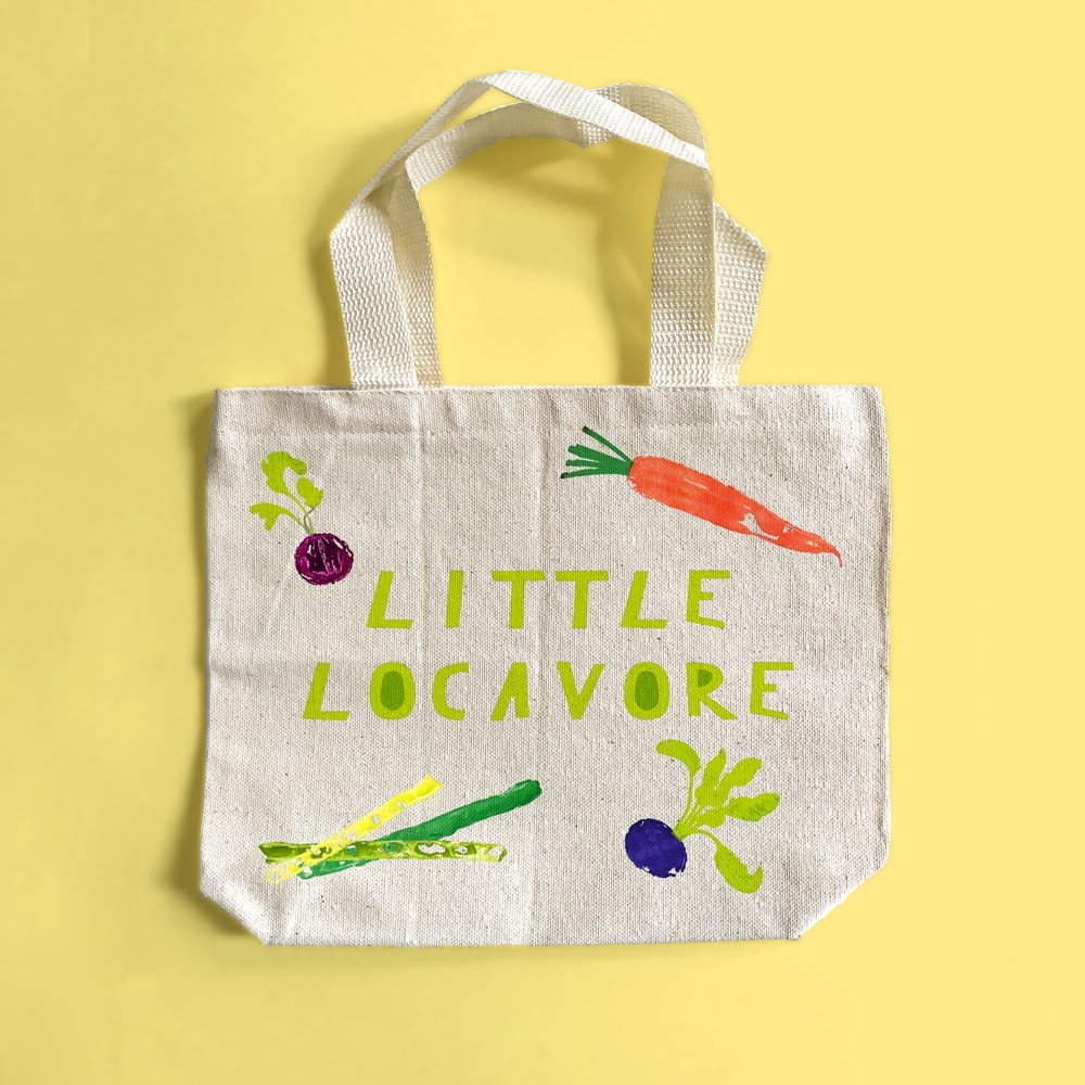 Make an adorable DIY vegetable-stamped parent and kid set of farmers' market totes