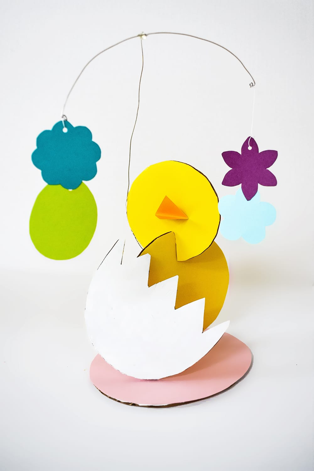 These fun cardboard spring sculptures inspired by Alexander Calder encourage kids to play with shape and form. They're a great recycled art project and STEAM activity! | via barley & birch